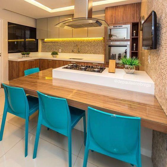Cozinha em ilha com bancada para refeição. Projeto: Depaulaenobrega.