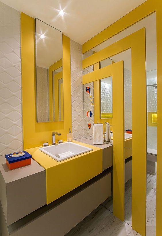 Banheiro infantil amarelo. Foto: Decortiles.