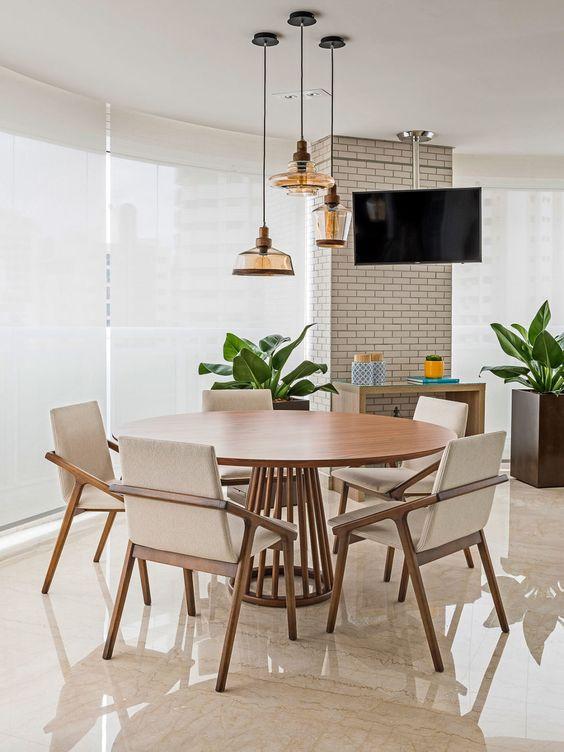 Sala de jantar com tv. Projeto: Érica Salguero.