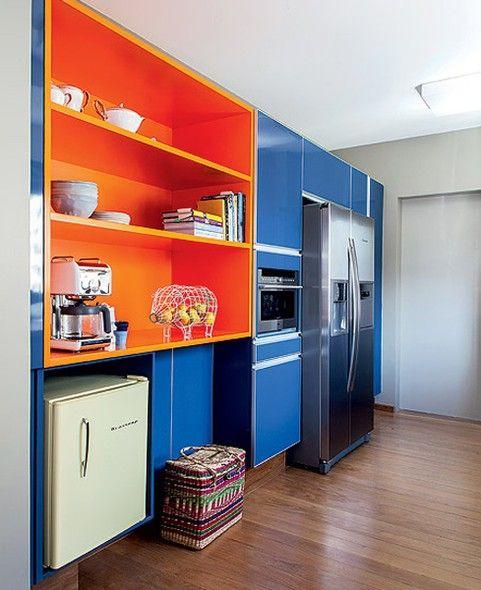 Cozinha azul e laranja. Projeto: Maurício Arruda.