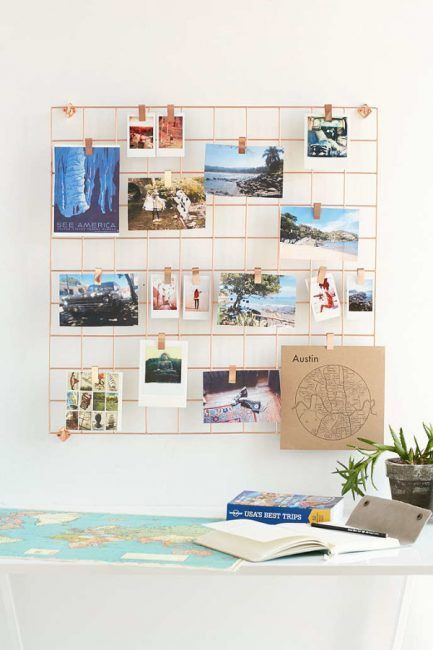 Fotos penduradas num quadro vazado.