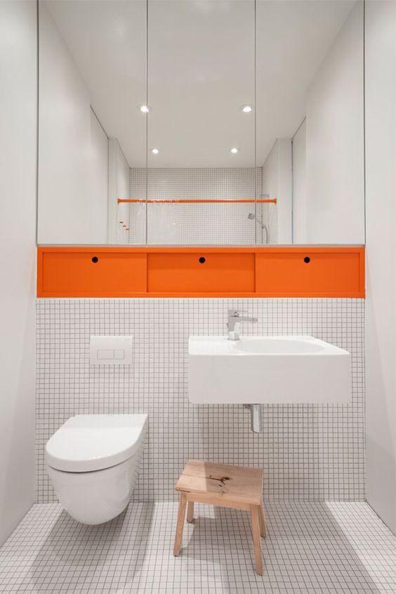 Banheiro com detalhe em laranja.