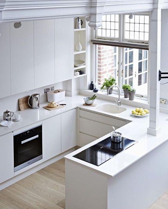 Cozinha com iluminação natural.