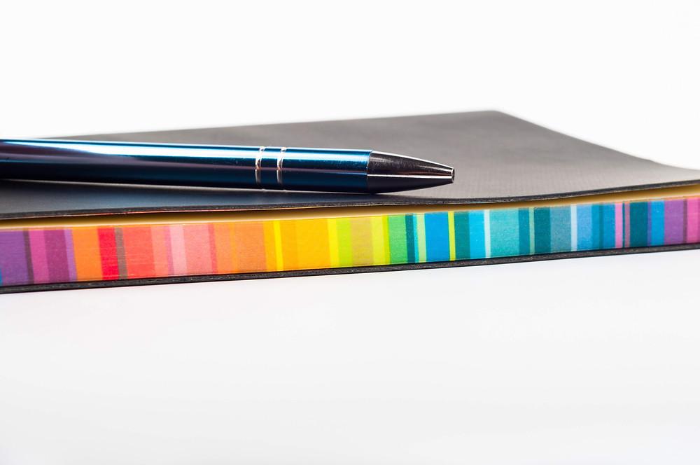Caderno colorido.