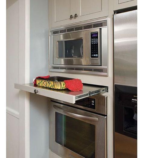 Cozinha com microondas de embutir.