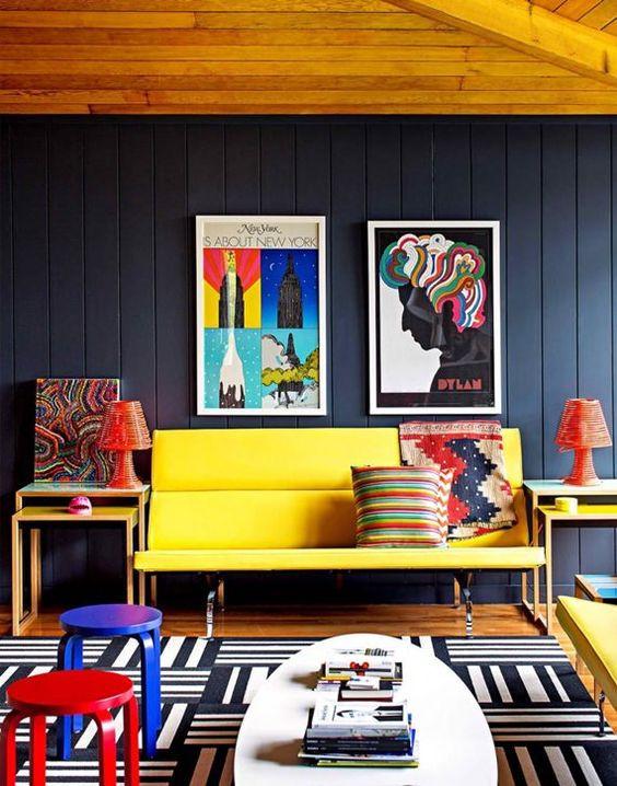 Sala com cores primárias.