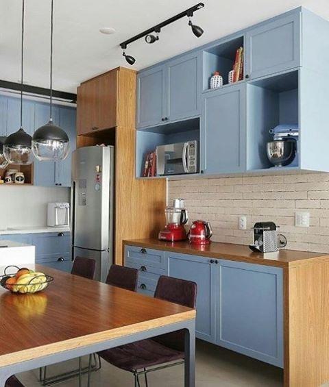 Cozinha com armários azuis. Projeto: Mandril arquitetura.