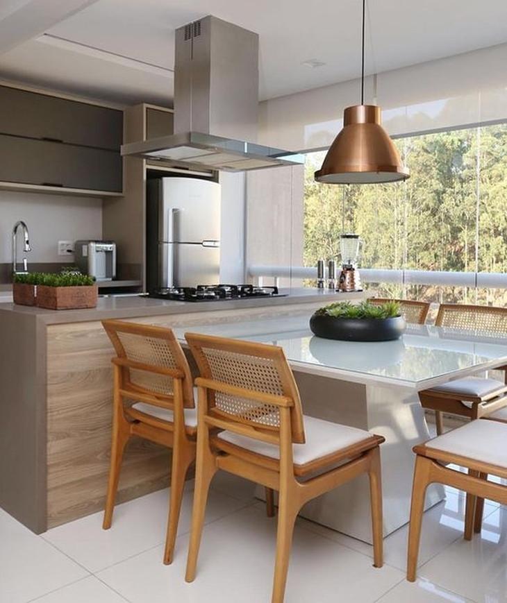 Cozinha com mesa. Projeto: Mikaelian Freitas Arquitetura.