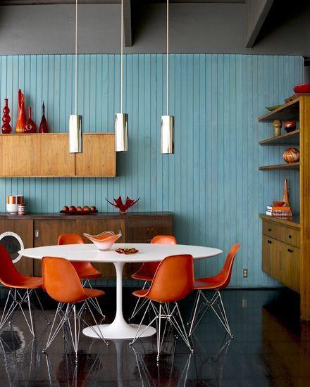Sala de jantar azul e laranja.