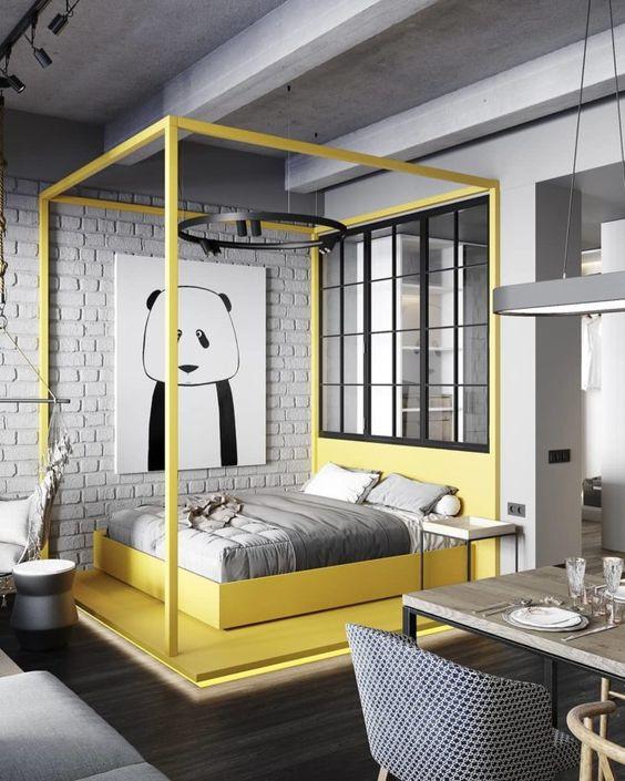 Quarto com cama amarela.