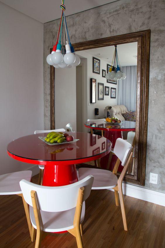 Sala de jantar com mesa redonda. Projeto: Clarissa Masaracchia e Flavia Volk.