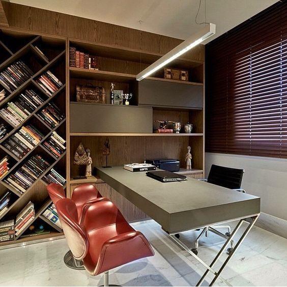 Escritório com estante de livros grande. Projeto: Gislene Lopes.