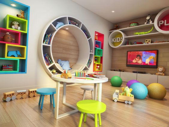 Espaço com tv e mobiliário lúdico e colorido.