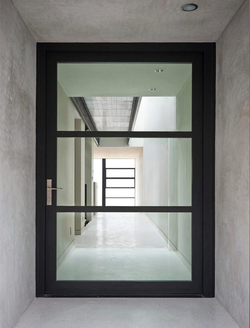 Porta de alumínio preto com vidro.