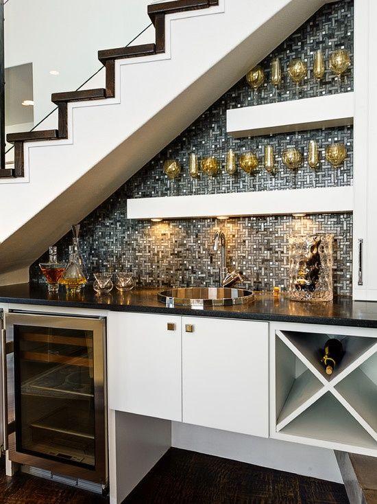 Bar abaixo da escada.