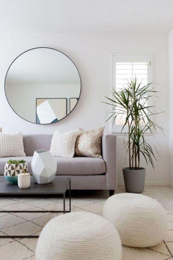 Sala de estar com elementos circulares.