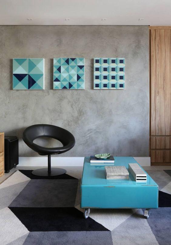 Tapete e quadros geométricos.