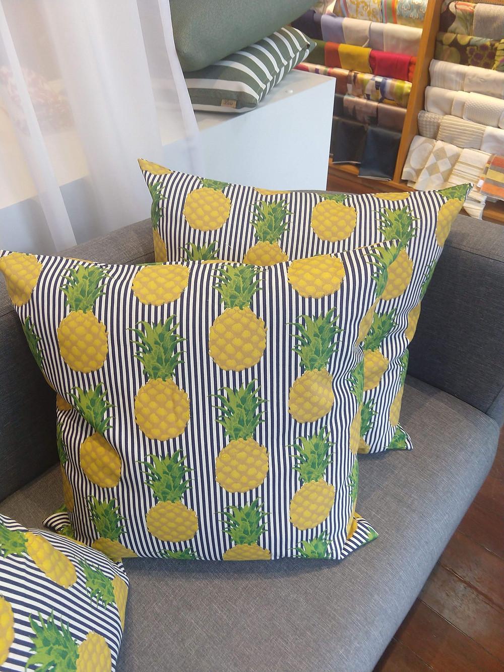 Almofadas estampa abacaxi.