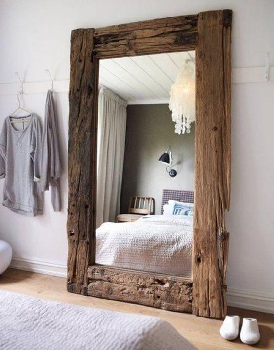 Espelho com moldura rústica.