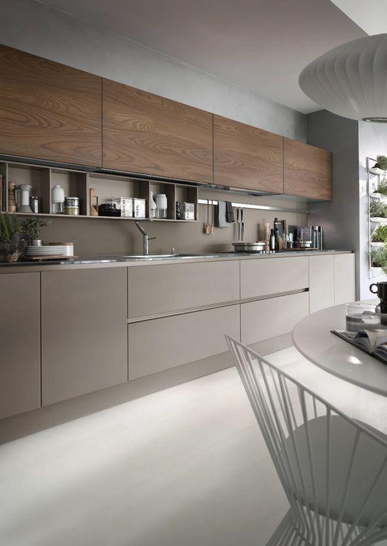 Cozinha linear com mesa.