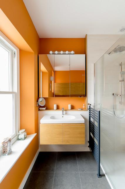 Banheiro com parede laranja.