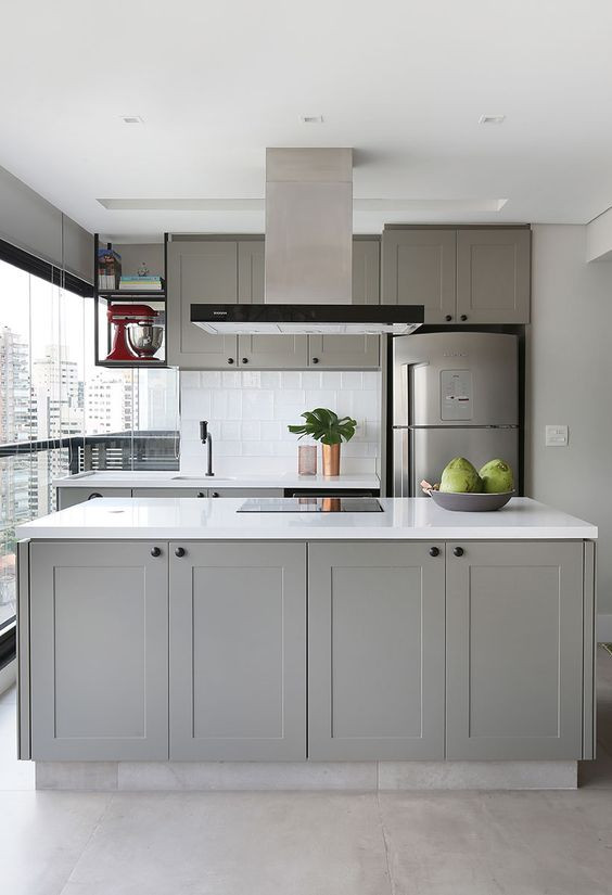 Cozinha com armários cinza claros. Projeto: Loft87 Arquitetura.