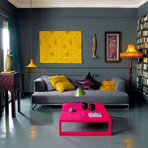 Sala cinza escuro com toques de cor.