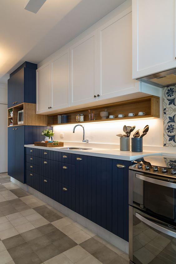 Cozinha linear azul. Projeto: Two Design.