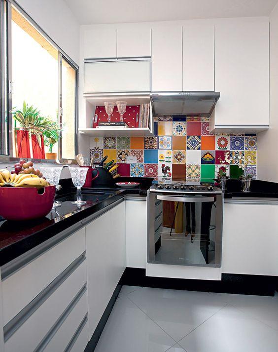 Cozinha com fogão embutido. Foto: Estúdio Vira-lata.