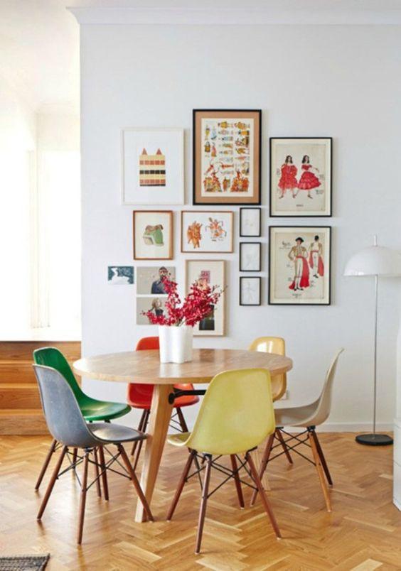 Cadeiras iguais de cores diferentes. Foto: Casa Vogue.