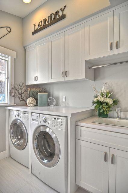 Área de serviço clean com máquina de lavar embutida.