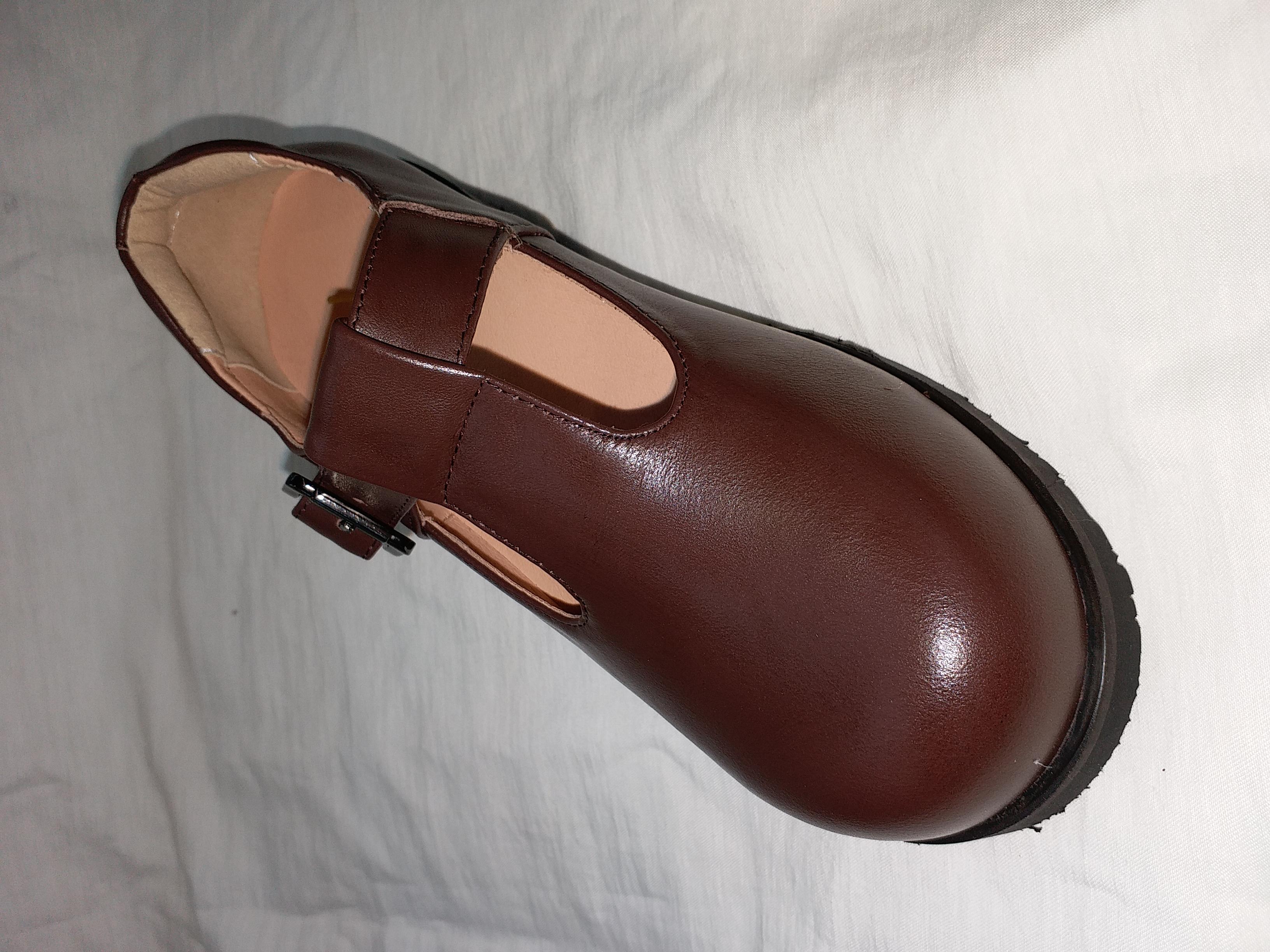 啡色學生鞋
