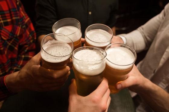 primer-plano-hombres-brindando-cerveza_1