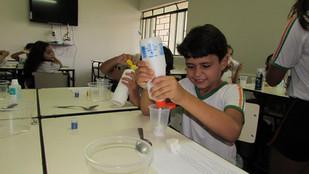 Turma do 2º ano fazendo o trabalho para a FECOTEC