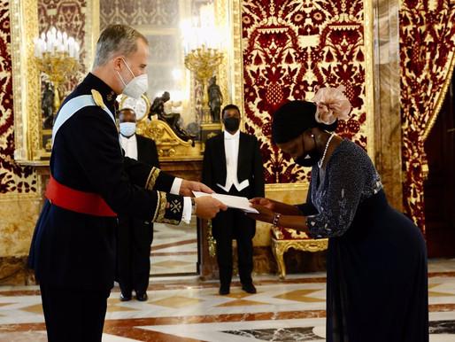 Manuela Lucas apresenta cartas credenciais ao Rei da Espanha