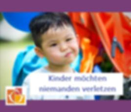 Kleiner Junge zeigt aggressives Verhalten - Untertitel: Kinder möchten niemanden verletzen.jpg