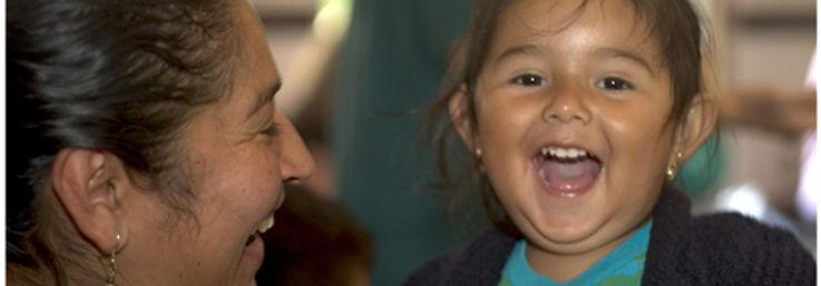 Mama und Tochter lachen fröhlich wähend sie special time oder wunschzeit miteinander verbrigen.