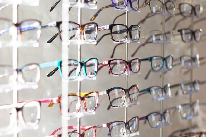 choosing the first prescription eyeglasses for myself at lenskart