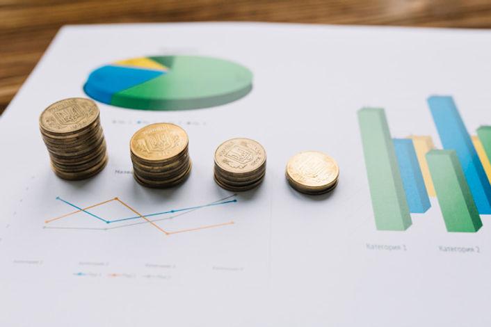 primer-plano-monedas-apiladas-grafico-gr