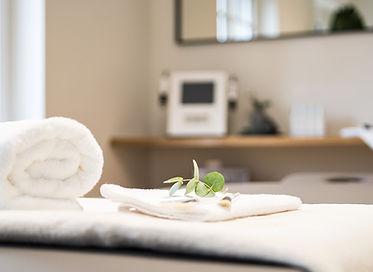 Leere Behandlungsliege mit Handtüchern