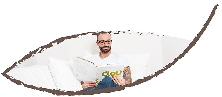Leo beim Buch lesen