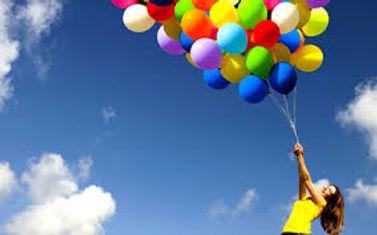 c'est une liasse de ballons qui s'apprète à s'envoler dans le ciel