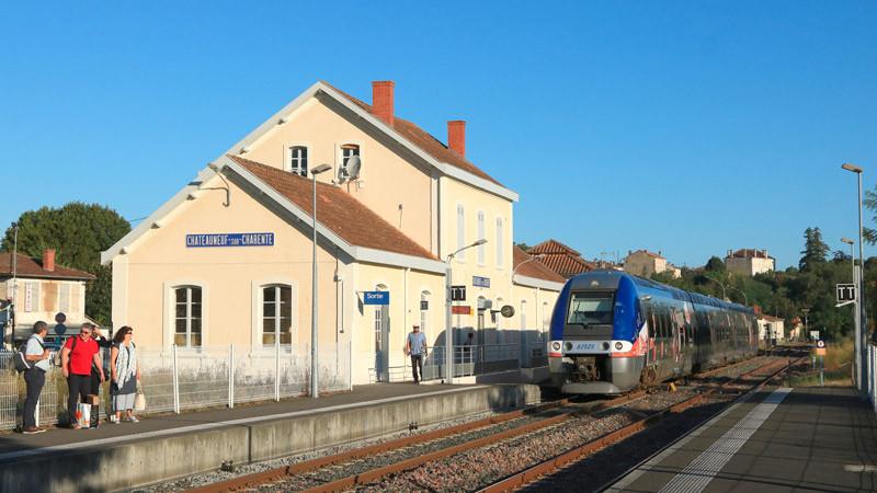 gare ferroviaire sur l'axe Angoulême-Saintes