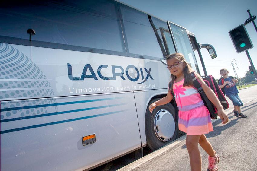 fillette devant autocar Lacroix & Savac