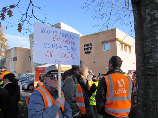 Un manifestant, mardi 13 novembre, devant le siège de la FNTV à Nantes. (© Hubert Heulot)