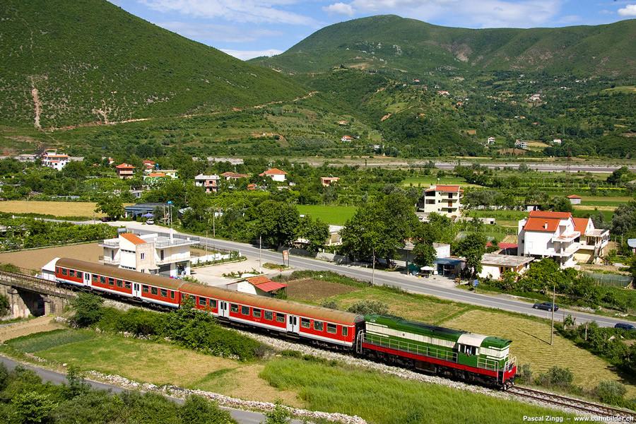 train qui relie Tirana, la capitale albanaise, à Durrës
