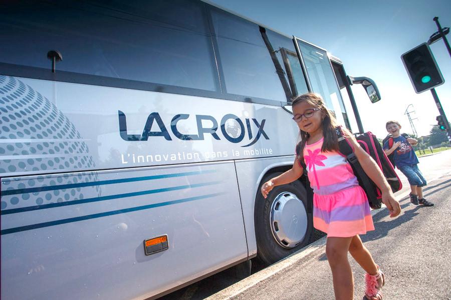 fillette devant autocar Lacroix