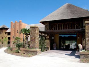 Le Pal et l'hôtel Savana Reserve en l'attente du feu vert