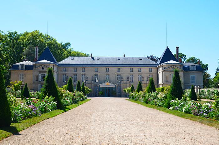 Le château de Malmaison, acquis par Joséphine de Beauharnais en 1799, constitue l'un des rares exemples du style directoire conservé en France, sobre et aux formes simples.