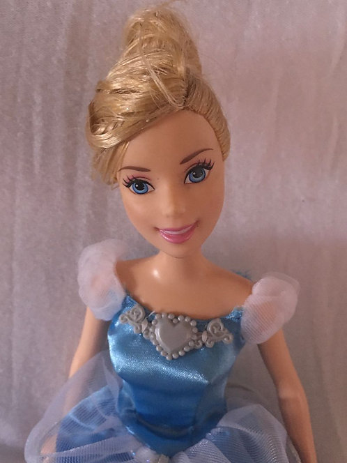 Poupée Disney Cendrillon Style Barbie .